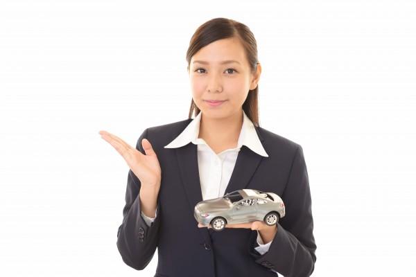 自動車を紹介する女性